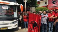 Sekjen PDIP Hasto Kristiyanto melepas mudik gratis di kantor PDIP di Lenteng Agung, Jakarta Selatan, Minggu (2/6/2019). (Liputan6.com/ Ratu Annisaa)