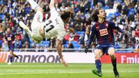 Marc Cucurella (kanan) kembali dipinjamkan Barcelona musim ini (GABRIEL BOUYS / AFP)