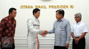 Pembalap Indonesia, Rio Haryanto (kedua kiri) saat menemui Wakil Presiden Jusuf Kalla di Istana Wapres, Jakarta, Senin (14/3/2016). Kedatangan Rio untuk meminta restu jelang laga perdana Formula 1, 20 Maret mendatang. (Liputan6.com/Helmi Fithriansyah)