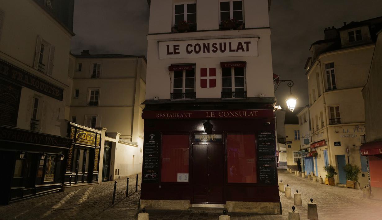 Suasana jalan Norvins di Montmartre di distrik 18 Paris, selama penerapan jam malam, Jumat (23/10/2020). Prancis memperpanjang jam malam untuk sembilan kota yang menjadikan sebanyak 46 juta orang harus berada di rumah mulai pukul 21.00-06.00 guna mencegah meluasnya virus corona. (Valery HACHE/AFP)