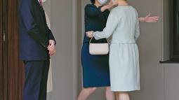 Putri Mako Jepang (kanan) saat akan berpelukan dengan Putri Kako sebelum meninggalkan rumahnya di Istana Akasaka, Tokyo, Selasa (26/10/2021). Putri Mako secara resmi telah kehilangan status kerajaannya setelah menikahi teman kuliahnya, Kei Komuro pada Selasa (26/10). (Koki Sengoku/Kyodo News via AP)