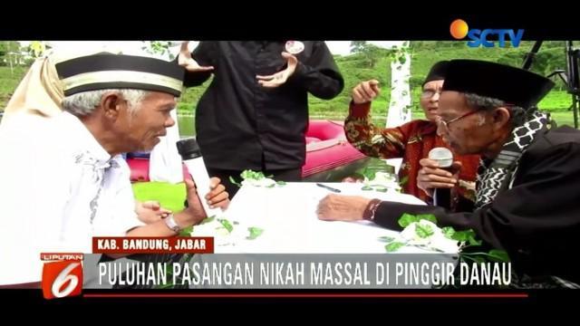 Puluhan pasangan dari usia 30 hingga 50 tahun ikuti nikah massal di pinggir Situ Cileunca, Banung, Jawa Barat.