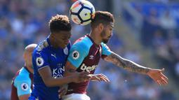 Duel pemain Leicester City, Demarai Gray (kiri) dan pemain West Ham United, Manuel Lanzini pada lanjutan Premier League di King Power Stadium, Leicester, (5/5/2018).  West Ham menang 2-0. (AFP/Lindsey Parnaby)
