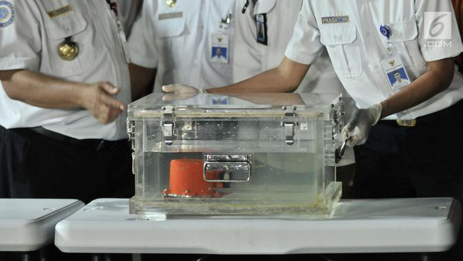Black Box dari pesawat Lion Air JT 610 diperlihatkan saat rilis posko evakuasi JICT 2, Tanjung Priok, Jakarta, Kamis (1/11). Black Box tersebut ditemukan 500 meter dari lokasi jatuhnya pesawat Lion Air JT 610. (Merdeka.com/Iqbal S. Nugroho)