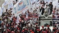 Peserta aksi dari sejumlah elemen buruh melakukan konvoi dalam peringatan Hari Buruh Sedunia di kawasan Jakarta, Rabu (1/5/2019). Buruh dari berbagai daerah di Jabodetabek serentak turun ke jalan menuju Istana Negara untuk menyuarakan 7 tuntutan. (merdeka.com/Iqbal S Nugroho)
