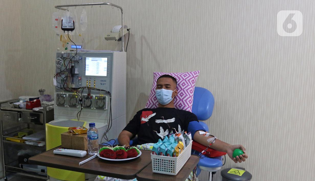 Penyintas COVID-19 mendonorkan plasma konvalesennya di PMI Bekasi, Jawa Barat, Kamis (11/2/2021). Pemerintah setempat membuka layanan donasi plasma konvalesen untuk membantu kesembuhan pasien yang masih terpapar COVID-19. (Liputan6.com/Herman Zakharia)