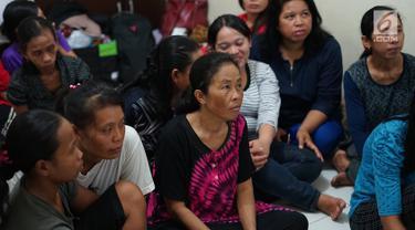 Calon asisten rumah tangga (ART) infal menunggu panggilan di Yayasan Bu Gito, Jakarta, Rabu (29/5/2019). Jelang Hari Raya Idul Fitri atau Lebaran 2019, permintaan akan ART infal di yayasan itu mencapai 400 orang. (Liputan6.com/Immanuel Antonius)