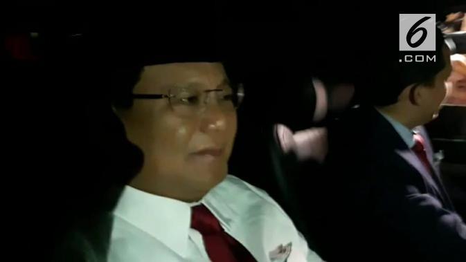 Calon Presiden nomor urut 02 Prabowo Subianto menuju lokasi debat kelima Pilpres 2019. (Liputan6.com/Delvira Hutabarat)