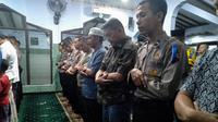 Jajaran Polresta Solo menggelar salat gaib di Masjid Nur untuk mendoakan Ibu Ani Yudhoyono yang meninggal dunia di SIngapura.(Liputan6.com/Fajar Abrori)