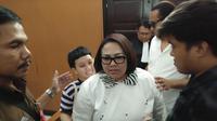 Pasangan Suami-istri Nunung Srimulat dan July Jan Sambiran, menjalani sidang perkara penyalahgunaan narkoba di Pengadilan Negeri (PN) Jakarta Selatan, Rabu (30/10/2019). (Liputan6/Ady Anugrahadi)