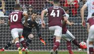 Pada masa injury time West Ham berpeluang menyamakan skor. Handsball Luke Shaw berujung hadiah penalti. (AFP/Ian Kington)