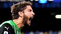 Pemain tengah Sassuolo, Manuel Locatelli, merayakan gol ke gawang Napoli dalam lanjutan Liga Italia Serie A di Stadion San Paolo, Napoli, Minggu (1/11/2020). Sassuolo menang 2-0 atas Napoli. (AFP/Tiziana Fabi)