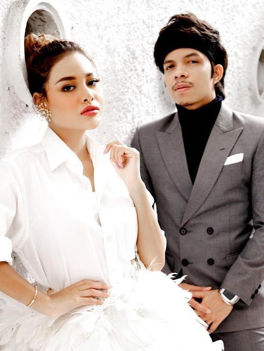 Aurel Hermansyah akhirnya resmi menjadi istri dari Atta Halilintar. Sabtu, 3 April 2021, prosesi akad nikah tersebut digelar di kawasan Setia Budi, Jakarta. Disiarkan secara Live di salah satu stasiun Tv swasta yang dipandu Ayu Dewi dan Raffi Ahmad. (Instagram/attahalilintar)