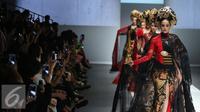 "Sejumlah model berjalan diatas catwalk membawakan busana rancangan Anne Avantie di Jakarta Fashion Week (JFW) 2016 di Senayan City, Jakarta, Selasa (27/10/2015). Koleksi kali ini Anne Avantie bertema ""Gambang Semarang"". (Liputan6.com/Herman Zakharia)"
