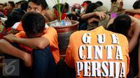 Puluhan pendukung Persija atau The Jakmania ditangkap polisi di Polda Metro Jaya, Jakarta, Minggu (18/10/2015). Para Jakmania itu ditangkap di Ratu Plaza karena menimpuki mobil polisi sampai rusak. (Liputan6.com/Yoppy Renato)