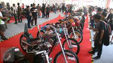 Pengunjug melihat motor di pameran Tumplek Blek 2017 di Senayan, Jakarta, Sabtu (1/4). Otobursa Tumplek Blek 2017 menampilkan sekitar 400 lapak dan bursa seputar dunia otomotif, spare parts, aksesori, dan banyak lagi. (Liputan6.com/Angga Yuniar)