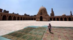 Seorang anak melaksanakan ibadah selama bulan suci Ramadan di Masjid Ibnu Tulun, Kairo, 2 Juni 2017. Masjid yang dibangun pada 876-879 di masa pemerintahan Ahmad Ibn Tulun ini merupakan masjid tertua kedua di Mesir. (REUTERS/Amr Abdallah Dalsh)