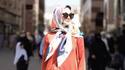 Dalam foto ini, Luna Maya mengenakan salah satu produknya yang diberi nama Majja Dress. Untuk menambah gaya modisnya, Luna Maya juga mengenakan kacamata hitam. Meski dalam balutan hijab sederhana, Luna Maya tetap fashionable dan sukses memesona siapapun yang melihatnya.(Www.sulawesita.com)