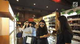 Sejumlah pengunjung mencoba kaca mata di salah satu stand bazar dalam acara Fimela Fest 2018, Jakarta, Jumat (16/11). Fimela Fest 2018 diselenggarakan mulai tanggal 13-18 November 2018 di Gandaria City Mall, Jakarta. (Fimela.com/Bambang Ekoros Purnama)