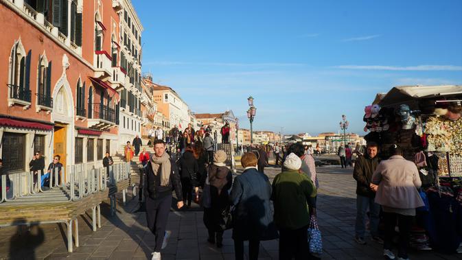Kesibukan di sekitar dermaga Venice yang diramaikan banyak pedagang souvenir dan restoran. (Liputan6.com/Marco Tampubolon)