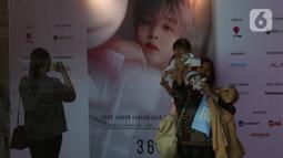 Penggemar berfoto dengan banner bergambar Park Jihoon di ICE BSD Hall 5, BSD, Tangerang Selatan, Sabtu (15/2/2020). Penyanyi asal Korsel, Park Jihoon menghadiri acara temu penggemar dan konser (fancon) dalam konser Park Jihoon Fancon Asia Tour 2020 in Jakarta. (Liputan6.com/Angga Yuniar)