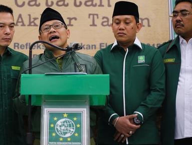 Ketua Umum Partai Kebangkitan Bangsa Muhaimin Iskandar (tengah) didampingi Sekjen Abdul Kadir Karding, Wasekjen Daniel Johan, Ketua DPP Siti Masrifah memberikan catatan akhir tahun di Kantor DPP PKB, Jakarta, Senin (28/12). (Liputan6.com/Faizal Fanani)