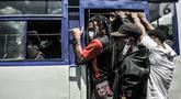 Massa FRI-West Papua menaiki bus saat dibubarkan oleh aparat kepolisian terkait aksi peringatan Deklarasi 1 Desember 1961 di kawasan Monas, Jakarta, Selasa (1/12/2020). Massa menolak perpanjangan otonomi khusus dan menuntut hak nasib rakyat West Papua. (merdeka.com/Iqbal S. Nugroho)