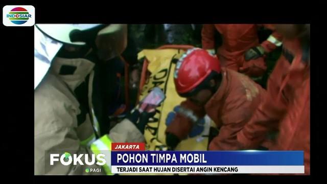 Evakuasi yang dilakukan sempat mengalami kesulitan karena posisi korban yang terjepit atap mobil sehingga petugas menggunakan alat pemotong besi.