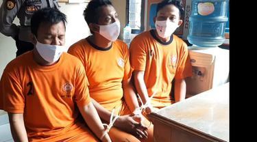 AS, D dan OW warga kota Tasikmalaya dan Ciamis yang merupakan trio sahabat karib itu, akhirnya ditangkap jajaran Polres Tasikmalaya, setelah berhasil mencuri puluhan tabung gas di salah satu gudang penyimpanan milik anggota DPRD Tasikmalaya.