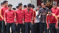 Presiden Joko Widodo bersiap berfoto bersama pemain Timnas U-22 Indonesia di Istana Merdeka, Jakarta, Kamis (28/2). Jokowi mengadakan pertemuan dengan Timnas U-22 Indonesia yang baru saja menjuarai turnamen Piala AFF U-22. (Liputan6.com/Angga Yuniar)