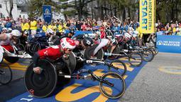 Para atlet dari berbagai negara bersiap di garis start untuk mengikuti kejuaraan balap kursi roda kategori pria dalam ajang Boston Marathon ke-121 di Boston, Senin (17/4). (AP Photo/Mary Schwalm)