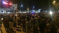 Ratusan sopir taksi berkumpul dan nyaris bentrok (Foto: Yude/Batamnews)