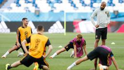 Asisten pelatih Belgia Thierry Henry melihat para pemainnya melakukan pemanasan saat latihan di stadion Kaliningrad,  Rusia (27/6). Belgia akan bertanding melawan Inggris pada grup G Piala Dunia 2018. (AP Photo/Alastair Grant)