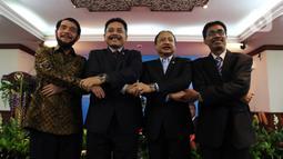Ketua MK Anwar Usman (kiri), I Dewa Gede Palguna, Suhartoyo, dan Daniel Yusmic Pancastaki Foekh saat acara Pisah Sambut Hakim MK di Gedung MK, Jakarta, Selasa (7/1/2020). Suhartoyo kembali dilantik menjadi Hakim MK, sedangkan I Dewa Gede Palguna digantikan Daniel Yusmic. (Liputan6.com/Johan Tallo)