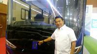 Kepala Staf Kepresidenan Jenderal TNI (Purn) Moeldoko di depan bus listrik buatan PT MAB (Arief/Liputan6.com)
