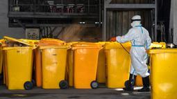 Pekerja mendisinfeksi kontainer berisi limbah medis di Wuhan Beihu Yunfeng Environmental Technology Co., Ltd. di Distrik Qingshan, Wuhan, Hubei, China, Rabu (4/3/2020). Untuk fokus membuang limbah medis virus corona (COVID-19), perusahaan menangguhkan bisnis normal mereka. (Xinhua/Cai Yang)