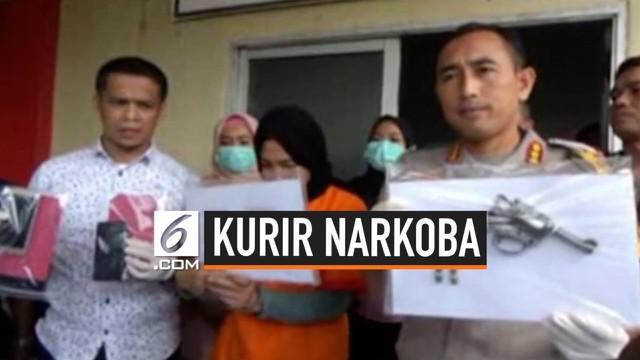 Polisi ungkap peredaran narkoba di Palembang, Sumatera Selatan. Seorang wanita yang juga merupakan bandar ditangkap, sementara seorang kurir ditembak mati karena mencoba melawan saat akan ditangkap.