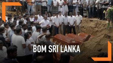 Pemakaman korban teror bom Sri Lanka mulai dilakukan. Isak tangis keluarga mengiringi peletakan peti jenazah ke dalam liang lahat.