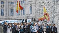 Para pemain Real Madrid merayakan kemenangan Liga Champions di Monumen Cibeles, Madrid, Minggu (27/5/2018). Real Madrid menggelar pawai kemenangan bersama fans usai menjuarai Liga Champions 2018. (AP/Francisco Seco)