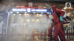 Petugas dari Sudin Gulkarmat Jakarta Pusat menyemprotkan disinfektan di Gedung G Balai Kota, Jakarta, Selasa (1/12/2020). Penyemprotan disinfektan tersebut dilakukan usai Gubernur DKI Jakarta Anies Baswedan dan Wakil Gubernur Ahmad Riza Patria positif Covid-19. (merdeka.com/Iqbal S. Nugroho)