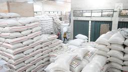 Pekerja memindahkan beras di pasar induk cipinang, Jakarta, Kamis (13/12). Direktur Pasar Induk Beras Cipinang Arief Prasetyo Adi memastikan, ketersediaan stok beras di pasar masih kategori aman jelang Natal dan Tahun Baru. (Liputan6.com/Angga Yuniar)
