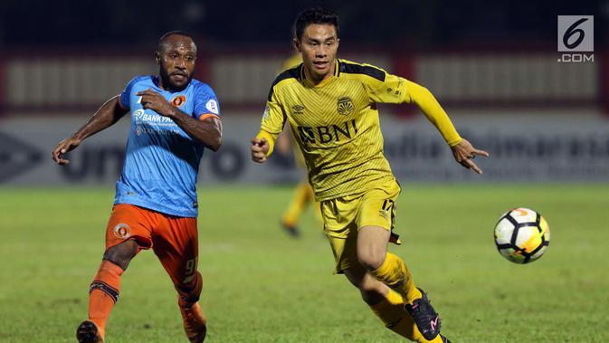Pemain depan Bhayangkara FC, Alsan Sanda (kanan) menghindari kawalan pemain Perseru, Yohanis Nabar pada Go-Jek Liga 1 Indonesia 2018 bersama Bukalapak di Stadion PTIK, Jakarta, Rabu (12/9). Bhayangkara FC unggul 1-0. (Liputan6.com/Helmi Fithriansyah)#source%3Dgooglier%2Ecom#https%3A%2F%2Fgooglier%2Ecom%2Fpage%2F%2F10000