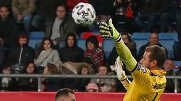 Pemain Spanyol Paco Alcacer (kiri) berebut bola dengan kiper Malta Henry Bonello pada babak kualifikasi Grup F Piala Eropa 2020 di Stadion Ramon de Carranza, Cadiz, Spanyol, Jumat (15/11/2019). Spanyol menang 7-0. (AP Photo/Miguel Morenatti)