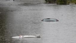 Kendaraan tenggelam di halaman banjir dekat Londonderry di pinggiran barat Sydney, Australia (22/3/2021). Ratusan orang telah diselamatkan dari banjir yang telah merendam puluhan kota di negara bagian terpadat di Australia, New South Wales. (AP Photo/Mark Baker)