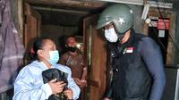 Gubernur Jabar Ridwan Kamil saat menyalurkan bantuan berupa tunai dan sembako kepada masyarakat terdampak Pemberlakuan Pembatasan Kegiatan Masyarakat (PPKM) Darurat, Selasa (20/7/2021).