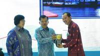 Wako Palembang Harnojoyo menerima piala Adipura dari Wakil Presiden Jusuf Kalla didampingi Menteri LHK Siti Nurbaya (Dok. Humas Pemkot Palembang / Nefri Inge)