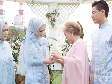Momen pertunangan Cut Meyriska dan Roger Danuarta pun berlangsung penuh bahagia. (Liputan6.com/IG/@dierabachir)