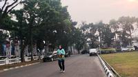 Warga melakukan aktifitas olahraga lari di tengah kabut asap yang mengepung kota Palembang (Liputan6.com / Nefri Inge)