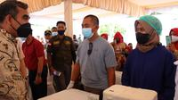 Sekretaris Jenderal Gerindra Ahmad Muzani meninjau kegiatan vaksinasi yang dilaksanakan oleh PDC Kota Makassar dan DPC Kabupaten Gowa. (Foto: Istimewa).