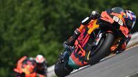 Brad Binder saat mengaspal pada seri ketiga MotoGP 2020 di Sirkuit Brno, Republik Ceska. (Joe Klamar / AFP)